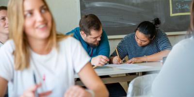 Schüler der FOSBOS Neu-Ulm sitzen im Unterricht.