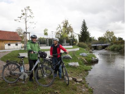 Rast an der Roth: Zwei Radfahrer unterwegs in Diepertshofen.