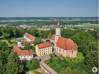 Blick auf die Pfarrkirche Mariä Himmelfahrt im Altenstadter Ortsteil Illereichen.