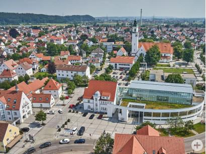 Blick über das Rathaus und das Kulturzentrum Wolfgang-Eych-Müller-Haus in Vöhringen.